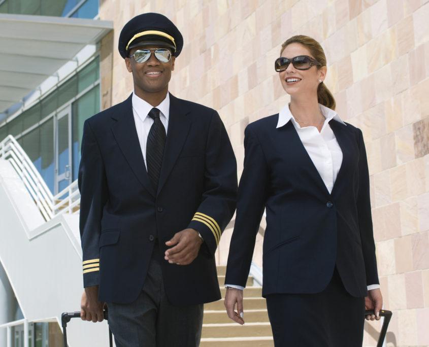 Uniformy pro piloty a stewardy